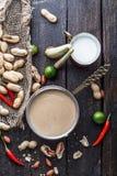 Salsa del cacahuete o salsa satay para los pinchos del pollo imagenes de archivo