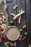 Salsa del cacahuete o salsa satay para los pinchos del pollo fotografía de archivo libre de regalías
