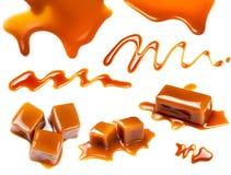 Salsa del caramelo que fluye aislada en el fondo blanco Mota de oro foto de archivo libre de regalías
