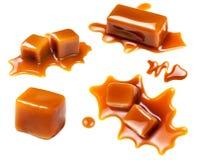 Salsa del caramelo que fluye aislada en el fondo blanco Mota de oro imagen de archivo libre de regalías