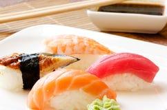 Salsa del sushi y de soja en la placa blanca Foto de archivo libre de regalías