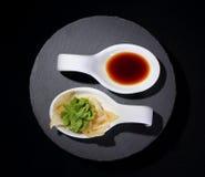 Salsa del Wasabi y de soja como yin y símbolo de yang fotos de archivo