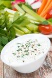 Salsa del yogurt con senape per gli ortaggi freschi, verticale fotografia stock