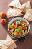 Salsa della fragola dell'avocado con i chip di tortiglia Fotografia Stock Libera da Diritti