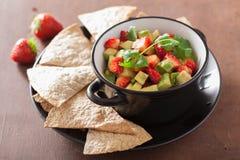 Salsa della fragola dell'avocado con i chip di tortiglia Immagini Stock