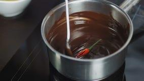 Salsa di cioccolato in una casseruola stock footage