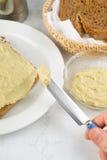 Salsa di diffusione della melanzana su pane Fotografia Stock Libera da Diritti