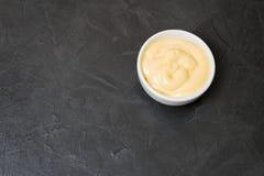 Salsa di formaggio su un fondo nero Posto per il vostro testo Fotografia Stock Libera da Diritti