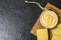 Salsa di formaggio su un fondo nero Posto per il vostro testo Fotografia Stock