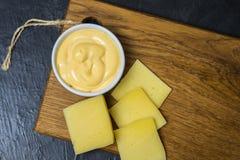 Salsa di formaggio su un fondo nero Posto per il vostro testo Fotografie Stock