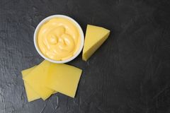 Salsa di formaggio su un fondo nero Posto per il vostro testo Immagini Stock Libere da Diritti