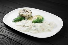 Salsa di funghi e risotto crema sul piatto bianco Fotografie Stock Libere da Diritti
