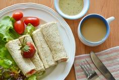 Salsa di immersione dell'insalata e del panino con l'insieme dell'alimento di prima colazione del caffè immagine stock