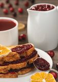 Salsa di mirtillo rosso, pani tostati con la salsa di mirtillo rosso e tè del mirtillo rosso fotografie stock
