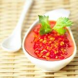 Salsa di peperoncino rosso rossa asiatica Fotografia Stock