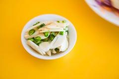 Salsa di pesce del peperoncino rosso con aglio sulla tavola gialla Fotografia Stock