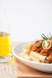 Salsa di pomodori bolognese della carne del penne della pasta fotografia stock libera da diritti