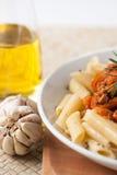 Salsa di pomodori bolognese della carne del penne della pasta immagine stock libera da diritti