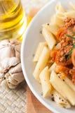 Salsa di pomodori bolognese della carne del penne della pasta fotografie stock libere da diritti
