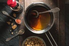 Salsa di soia in casseruola, ceci e primo piano delle spezie Fotografia Stock