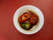 salsa di soia con i peperoncini rossi verdi e rossi Fotografia Stock Libera da Diritti