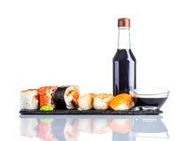 Salsa di soia e dei sushi su fondo bianco Immagini Stock Libere da Diritti