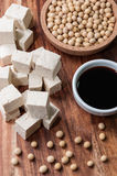 Salsa di soia, un pezzo di tofu e fagioli della soia Fotografie Stock