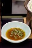 Salsa di soia in una ciotola con le cipolle verdi fotografia stock libera da diritti