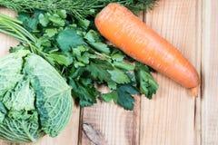 Salsa do aneto das cebolas das cenouras da couve dos vegetais Legumes frescos em uma tabela de madeira imagens de stock royalty free