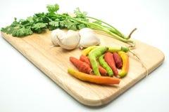 Salsa e alho e pimentões na bandeja de madeira Imagem de Stock Royalty Free