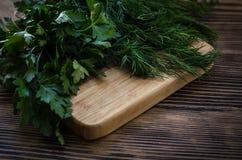 Salsa e aneto em uma placa de corte, fundo de madeira Fotografia de Stock