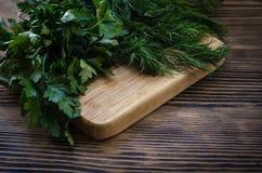 Salsa e aneto em uma placa de corte, fundo de madeira Imagem de Stock