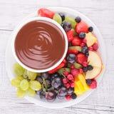 Salsa e frutti di cioccolato Immagini Stock