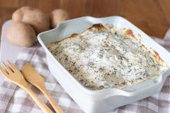 Salsa e hierbas cocidas de queso de la patata imagen de archivo libre de regalías