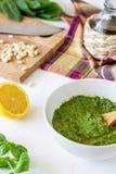 Salsa e ingredientes del Pesto en un fondo blanco Cocina italiana Comida vegetariana La dieta foto de archivo libre de regalías