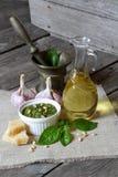 Salsa e ingredientes italianos del pesto Fotografía de archivo libre de regalías