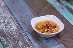 Salsa e pepe di pesce in una tazza immagini stock