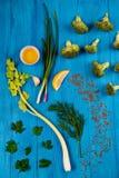 Salsa, erva-doce, aipo, limão e brócolis sobre o fundo de madeira azul Imagens de Stock