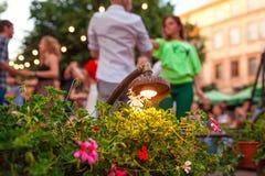 Salsa et bachata de danse de personnes en café extérieur à Lviv Photos stock