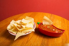 Salsa et pommes chips Photographie stock libre de droits