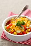 Salsa fait maison de maïs dans la cuvette blanche avec la cuillère Photo libre de droits