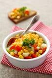 Salsa fait maison de maïs dans la cuvette blanche avec la cuillère Photo stock