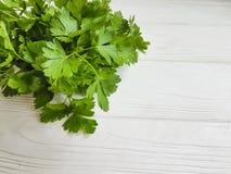 a salsa fresca ajunta o tempero orgânico em um fundo de madeira branco Imagem de Stock