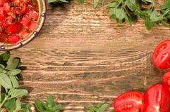 Salsa fresca do tomate com ervas em uma tabela de madeira Imagens de Stock Royalty Free