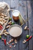 Salsa malasia del cacahuete para los pinchos satay del ayam o del pollo fotos de archivo