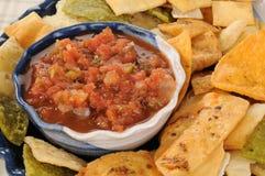 Salsa met plantaardige tortillaspaanders Stock Afbeelding
