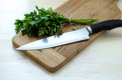 Salsa orgânica fresca com a faca na placa de corte de madeira Foto de Stock Royalty Free