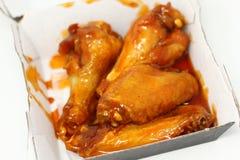 Salsa picante de las alas de pollo de la caja imagenes de archivo
