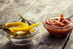 Salsa picante y chiles Fotos de archivo