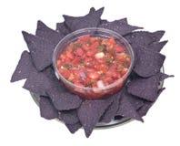 Salsa pico DE Gallo en de blauwe spaanders van de graantortilla Stock Afbeelding